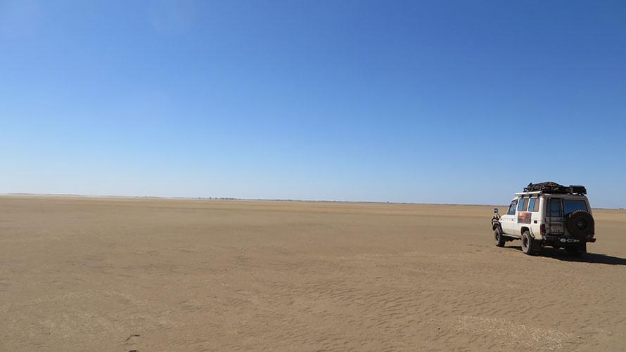 広大なオーストラリア。地平線に向かって走るのが爽快