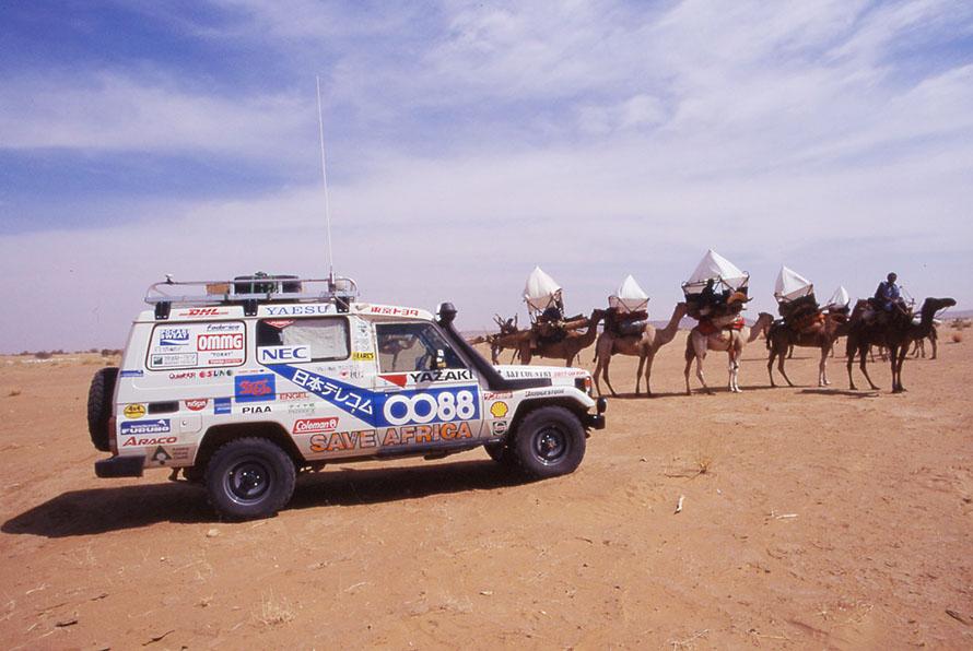 偶然、サハラ砂漠で結婚式へ向かう一行に出会う