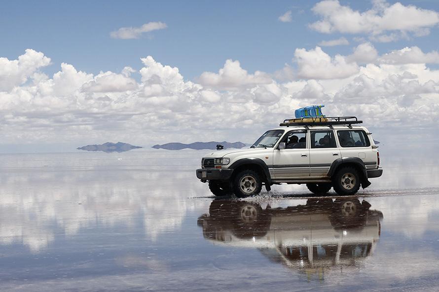 ウユニ塩湖で働く『ランクル80』