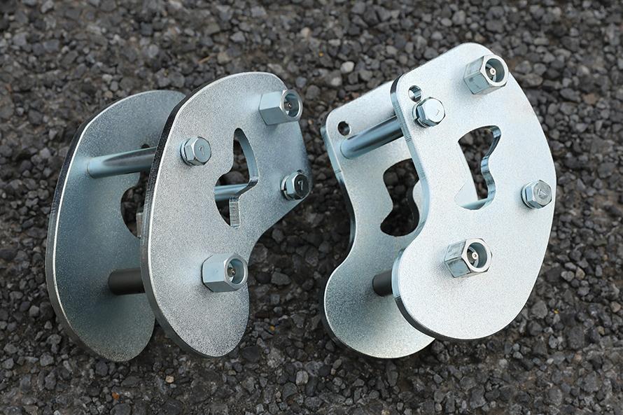 キープスラントデザイン アクティブシャックルTYPEブーメランⅡ130mmナロータイプ。リーフスプリングを守りながらスキッド性のあるデザインが人気