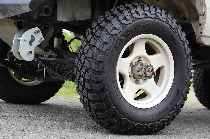 BFGoodrich マッドテレーンT/A KM3。Baja1000やダカールラリーで鍛え上げられた信頼のタイヤ。デザインもマッシブでかっこいい。サイズは7.50R16LT