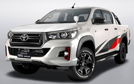 フロントグリルはトヨタセーフティセンスのソナーの関係でTマークの標準グリルになる