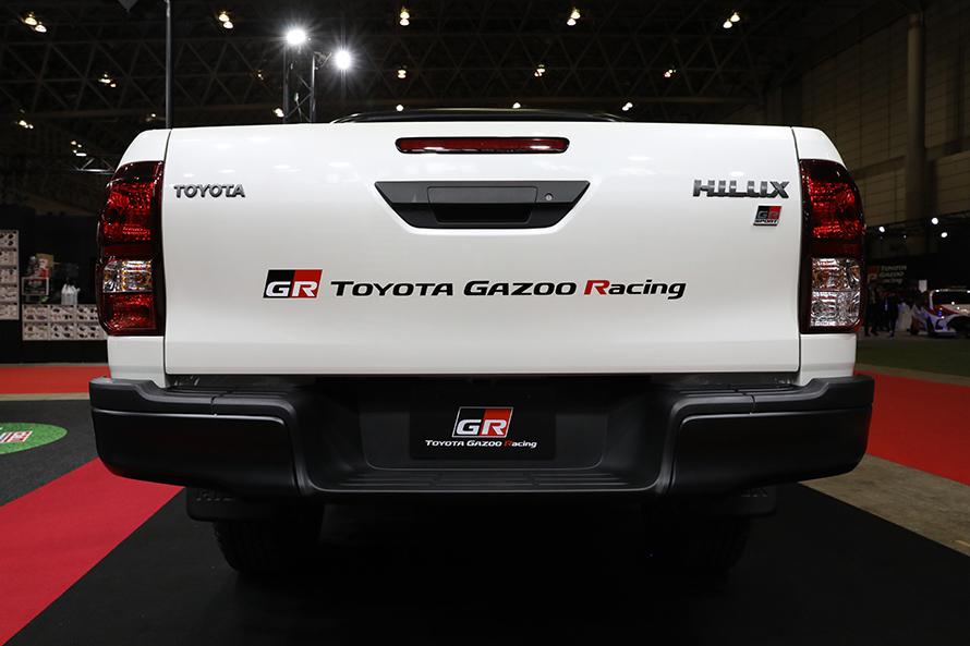 リヤにもTOYOTA GAZOO Racingのロゴ。「TOYOTA」「HILUX」のエンブレムはガンメタルの専用カラーに
