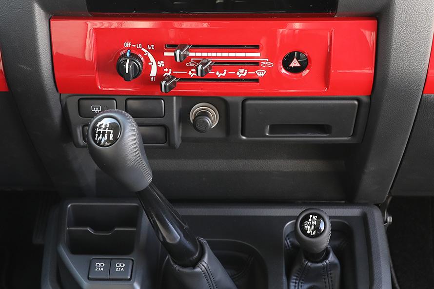 赤い部分にあるレバーやダイヤルはエアコンのコントロール。6速MTレバーと右下は2WD、4WDそしてHとLレンジを切り替えるレバー。左下人USBソケット