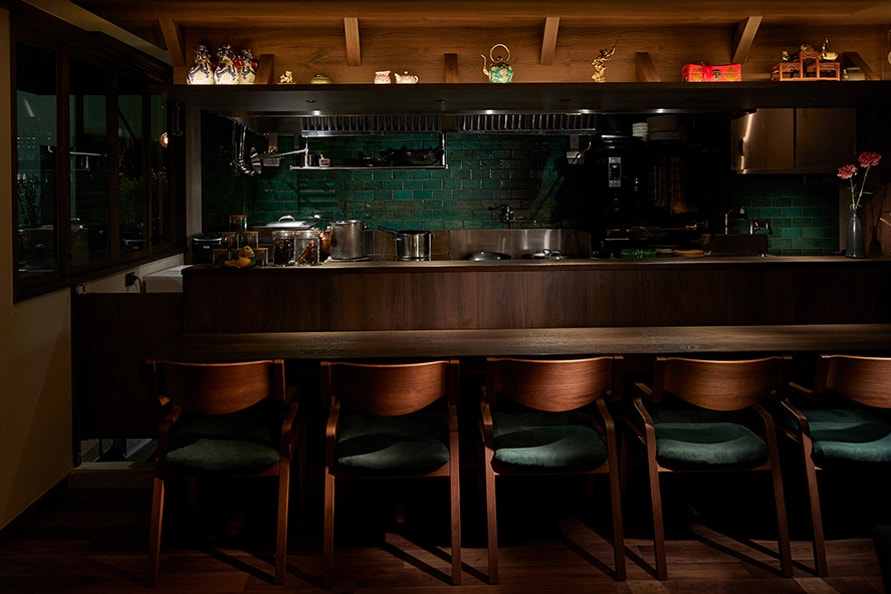 オープンキッチンで料理しているのが、香りを感じながら眺められるカウンター席