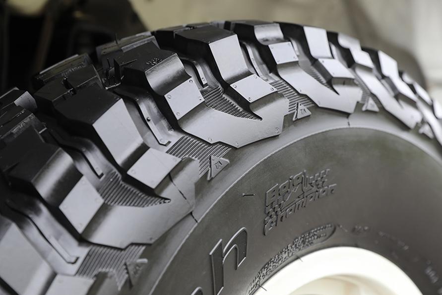 Baja1000で培った技術を投入。ショルダーからサイドにかけてショルダーブロックの裂けや割れを抑制するアドバンスド・デフレクション・デザイン、ショルダーラバーが頼もしい。