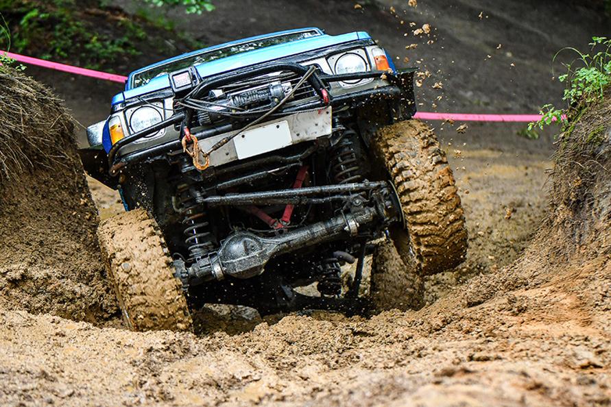 タイヤを空転させながら排土して登るサファリ