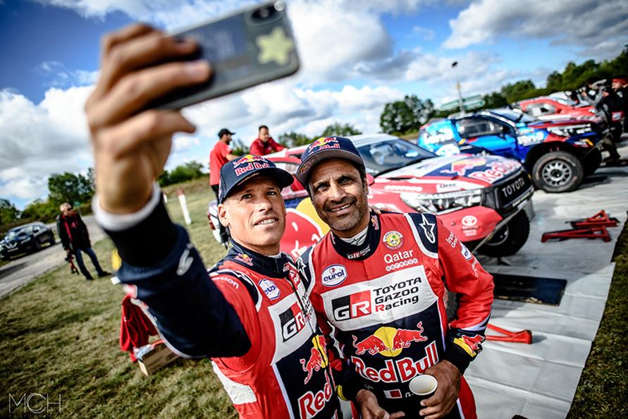 ダカールラリーで3勝し、トヨタにダカール初優勝をもたらしたナサール・アルアティア選手(右)とマシュー・ボウメル選手(左)。マシューはこうして撮影し、彼のSNSにアップしてくれるのでみていて楽しい。