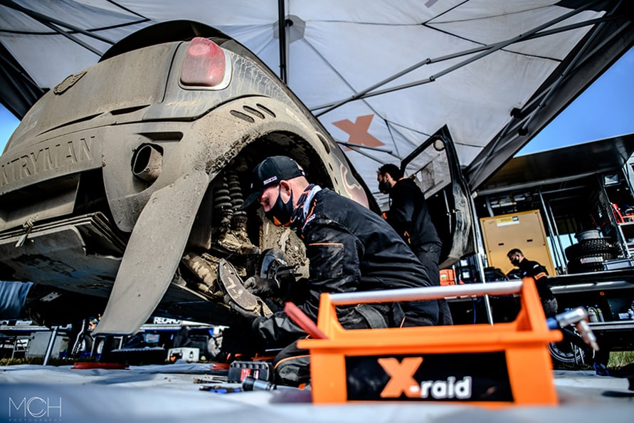 MINIをサポートするチームはドイツのX-raid。泥だらけのマシンを限られた時間で整備する。