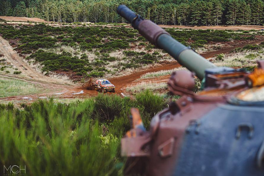 軍の演習場を走る。手前に戦車が。