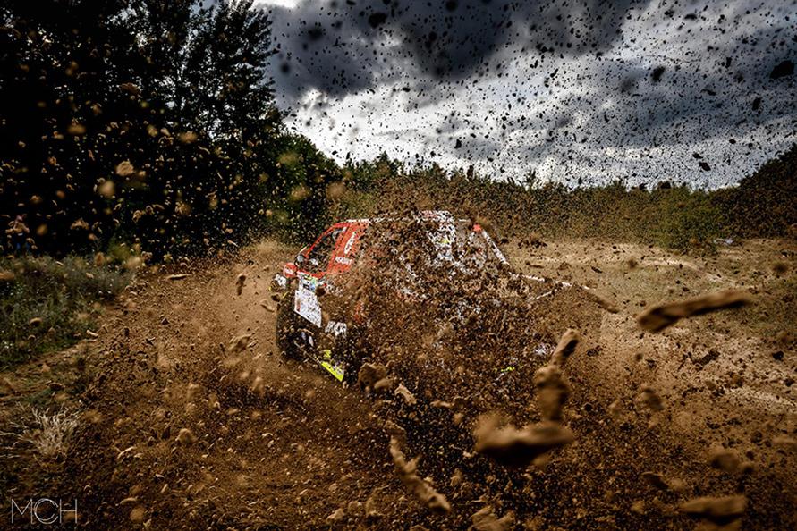 泥を吹き飛ばして走るフォード・ラプター。この後、フォトグラファーのマリアンさんはカメラごと泥だらけに。