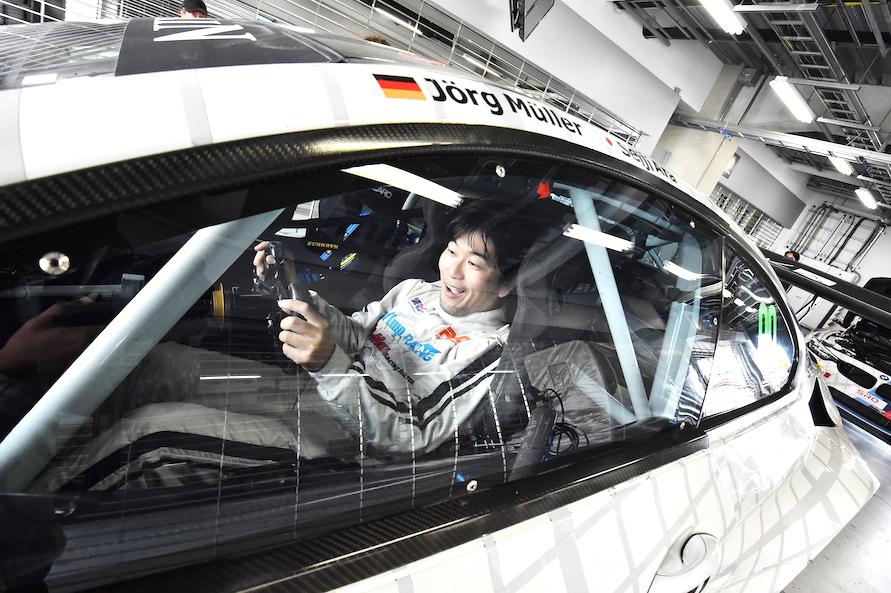 コクピットに収まっただけで、テンションMAX上がります。Aピラーには元BMWワークスドライバーであるヨルグ・ユーラー選手と、'04年ル・マン王者である荒 聖治選手の名前が!!