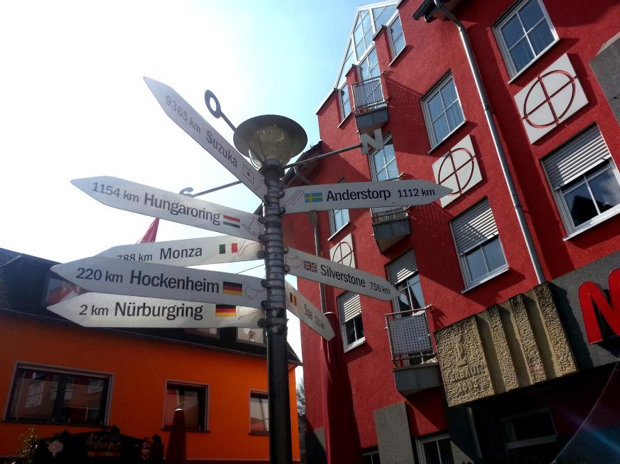 全てのサーキットはニュルに通ず!? アデナウの町には、世界中のサーキットまでの距離が書かれた標識が。一番遠いからだけど、鈴鹿が一番上にあるんですよ!