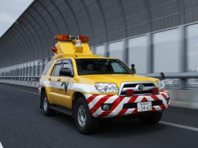 高速道路で見かける黄色のクルマの正体は?