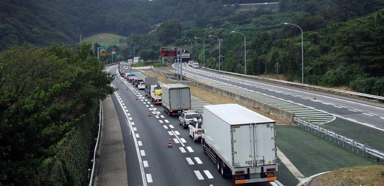 工事の様子もないのに、なぜ車線規制?