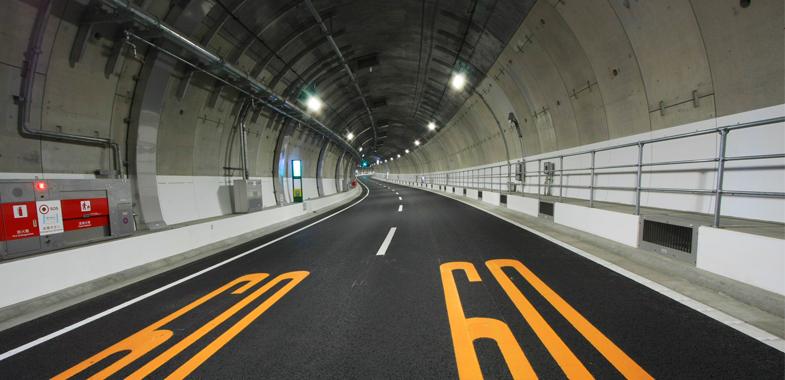 なぜ右側通行? 日本最長・山手トンネルの防災設備