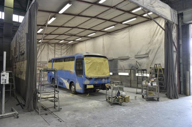 工場内にはいくつもの塗装やパテを研ぐブースが。バス1台をスッポリ囲うこのブースは、間近で見るとかなりの大きさだ
