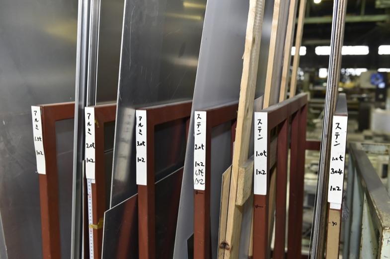 外板や機器を取り付けるブラケットなどは、さまざまな素材や厚みの板材から製作される