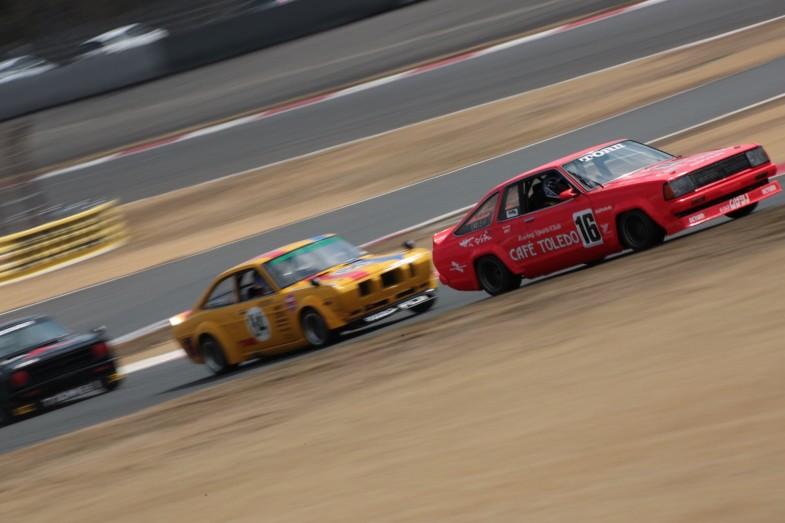 ダンロップコーナーでの日産・サニー同士のバトル。ドライバーは前から、影山正彦さん、影山正美さん