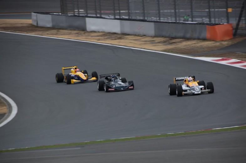 最終コーナーに突入する(前から)マーチ86J、マーチ752、ローラT97無限