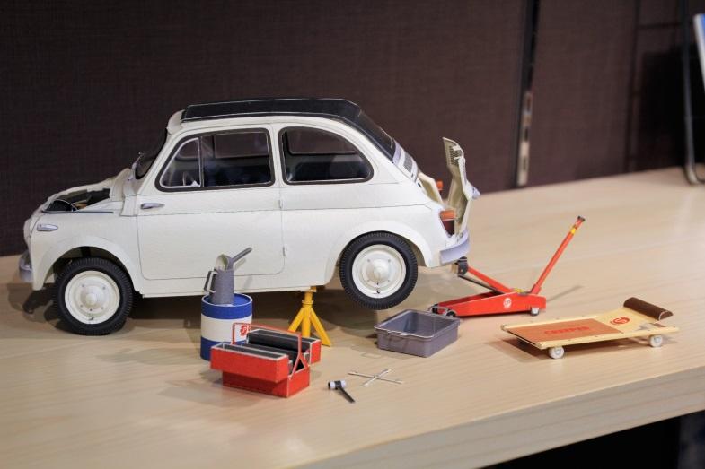 ジャッキやウマ、工具などがセットになったガレージセットも発売予定(写真は試作品です)