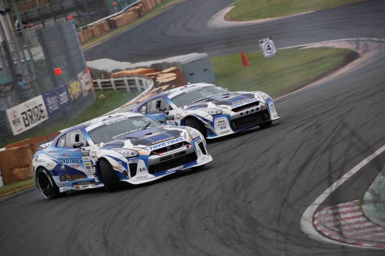 川畑選手vs末永選手のチームメイト対決。デモランのような2台のR35 GT-Rによるツインドリはとてもレアな場面!