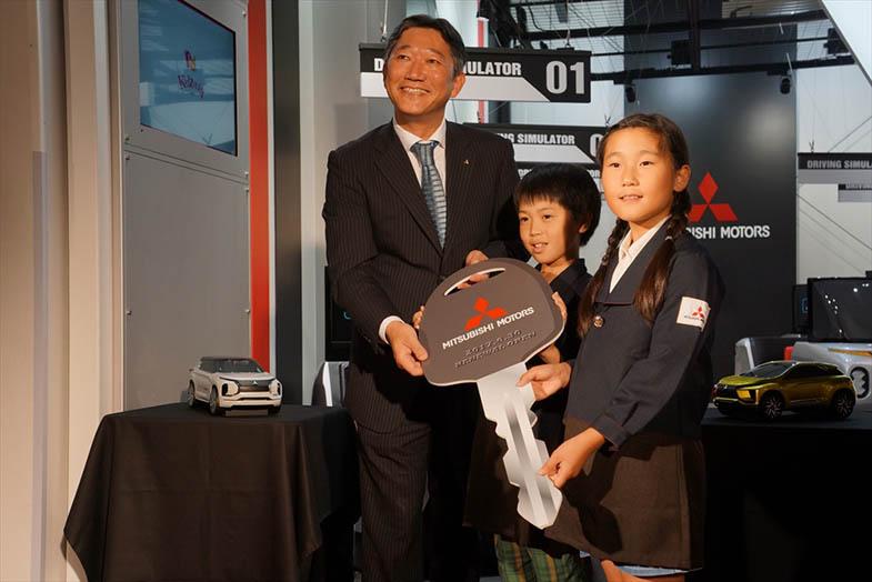 セレモニーの終盤には、上原さんからリニューアルを記念するキーが子ども議会のメンバーに贈呈された