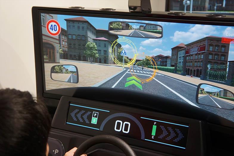 ドライビングシミュレーターの映像はリアル。標識や歩行者などの注意喚起も行われる