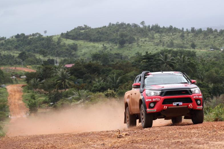 2016年、AXCRでカンボジアの大地を疾走するTRDチームのハイラックスREVO
