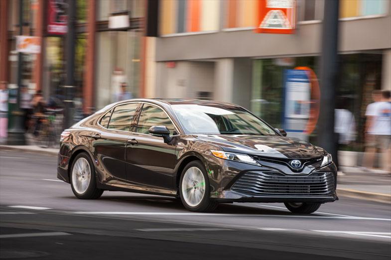 ほぼ日本と同時に北米でも新型の販売がスタートしたカムリ。ハイブリッドではない3.5Lと2.5Lのエンジン搭載モデルも選べる