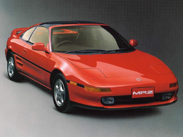 ミドシップレイアウトの2座スポーツ「MR2」。写真の2代目モデルはパワフルで、サーキットやジムカーナでも人気を集める