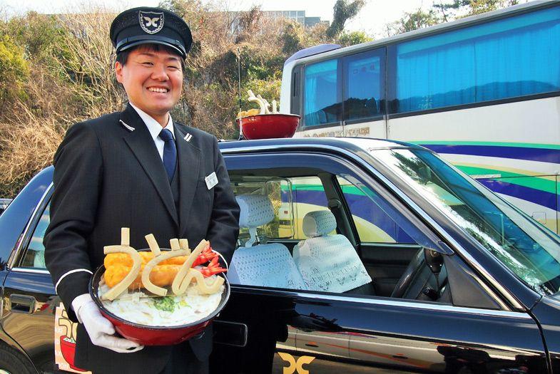 タクシーの頭にうどんの行灯(あんどん)。「うどんタクシー」を見かけたらぜひ写真に収めてみよう。インスタ映え間違いなし!