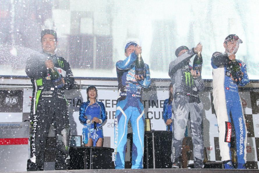 単走&追走入賞ドライバーによるシャンパンファイト。FIA公認大会だから(?)D1以上にシャンパンがよく吹き出していた