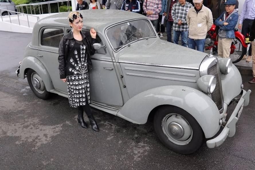 1953年のメルセデス・ベンツ170DS。新車当時から日本に生息する個体。その堅牢なつくりのボディ、スプリングの利いたシートなど魅力は今も健在。そして長らく普段使いに供されてきた個体だという。一緒に記念撮影をするアウトレーヴの浅岡代表