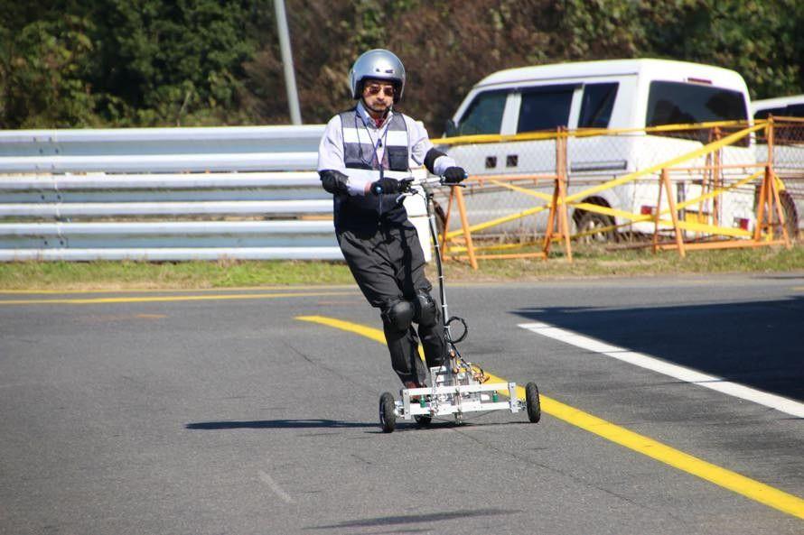 EVは動力系が非常にコンパクトなので、この栃木県立鹿沼高校物理部が製作した「立ち乗り型EV KPCEV-06」のようなクルマも作れる。バッテリーは「エネループ」40個!
