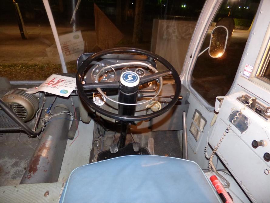 バス時代に使われていたと思われるマイクが残っているなどユニークな運転席回り