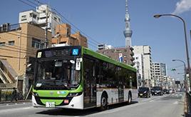 都営バスが車内後部に段差のないフルフラットバスを導入! その狙いとは?