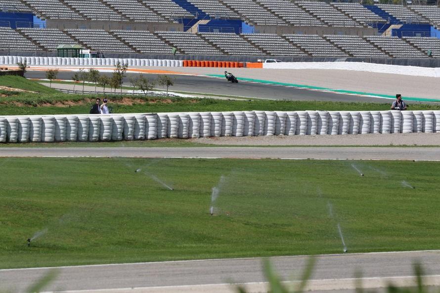 サービスロードの芝生に自動で散水するスプリンクラー