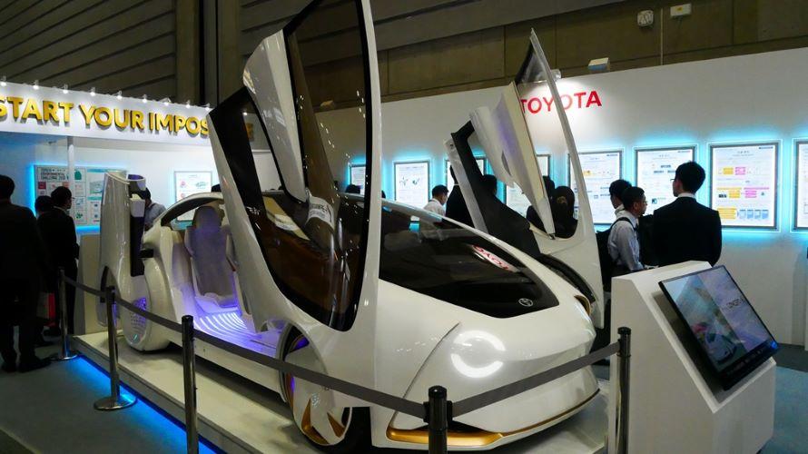 トヨタのブースの中央は、人工知能技術を搭載した「TOYOTA Concept-愛i」。