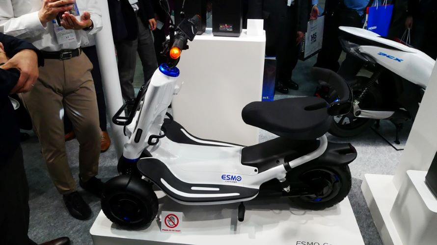 最高速度時速6㎞のセニアカー「ESMO(エスモ)コンセプト」。ホンダモビリティパワーパックという交換式電池も提案のひとつ。