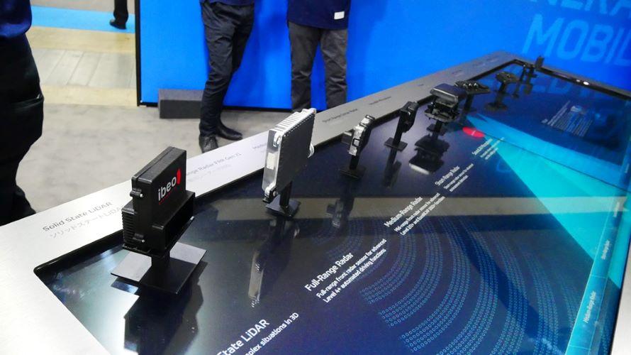 ZFによる最新のセンサーラインナップ。一番手間がライダーで、その奥にはレーダーやカメラが並ぶ。