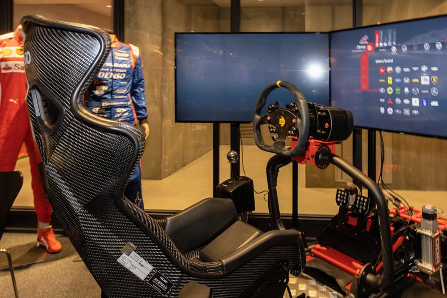 ドライビングシューズやグローブが試せる「A PITオートバックス東雲」のレーシングシミュレーター