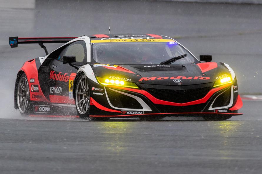 激しく雨降る中、Modulo KENWOOD NSX GT3のステアリングを握る大津選手 (2019 AUTOBACS SUPER GT Round 2 FUJI GT 500km RACEの決勝レースで撮影)