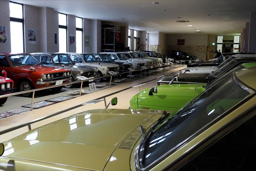 2階は国産大衆車中心の展示