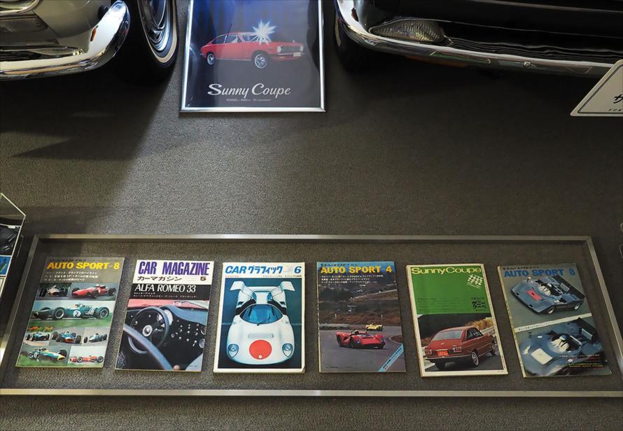 古い自動車雑誌やカタログ、ポスターも充実していてこちらも楽しめます