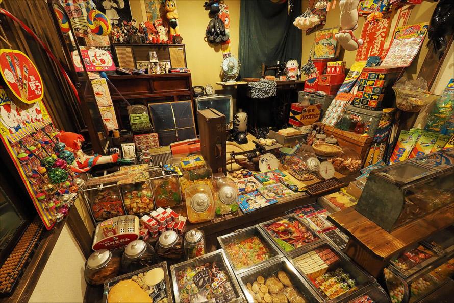 見事に再現された昭和の駄菓子屋さん