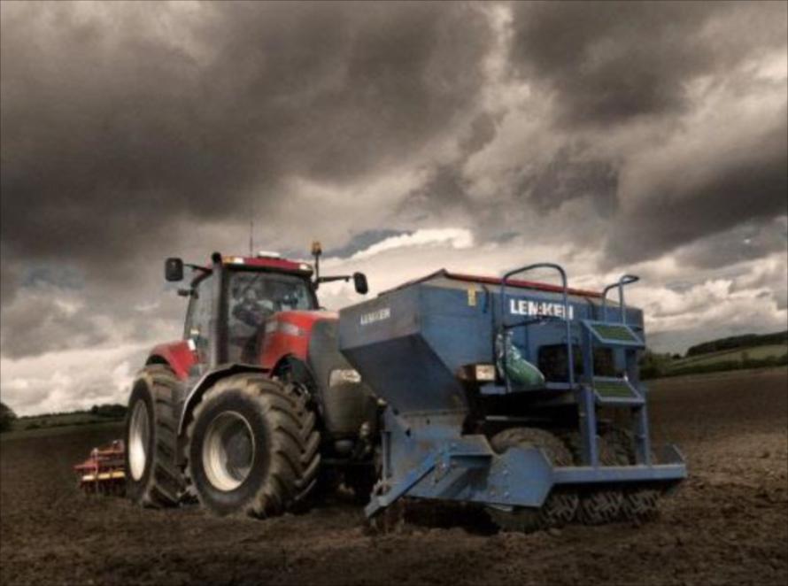 大規模農業においては作業の効率化が重要。 作業に合わせて前後に大型の作業機を装着することも