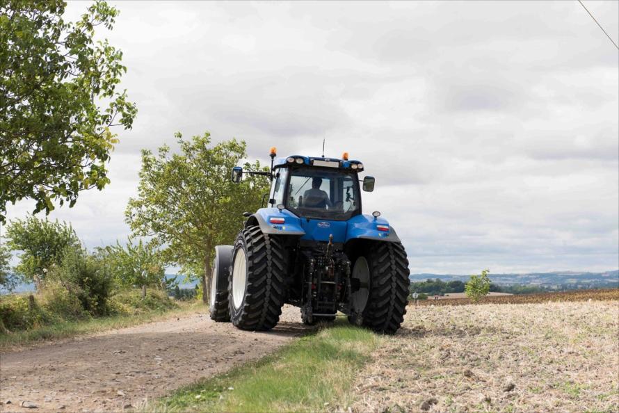 畑から公道への移動もトラクターの安全面で大きな課題になっている