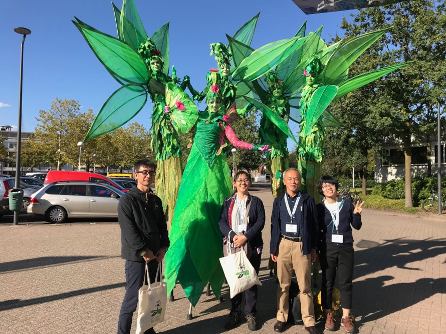 日本から参加のメンバー。会議場内で竹馬のパフォーマーとともに