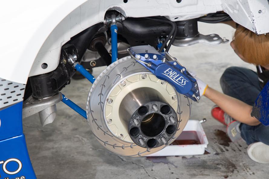 サスペンションを取り外されたときに撮影。ブレーキはエンドレス製で、eスリットタイプのローターを採用する。
